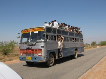 Prepuna lokalni autobus U BLIZINI Jaisalmer, Indija